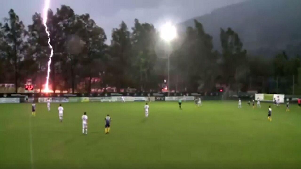 Rzte WM Blitzeinschlag Direkt Neben Fuballfeld